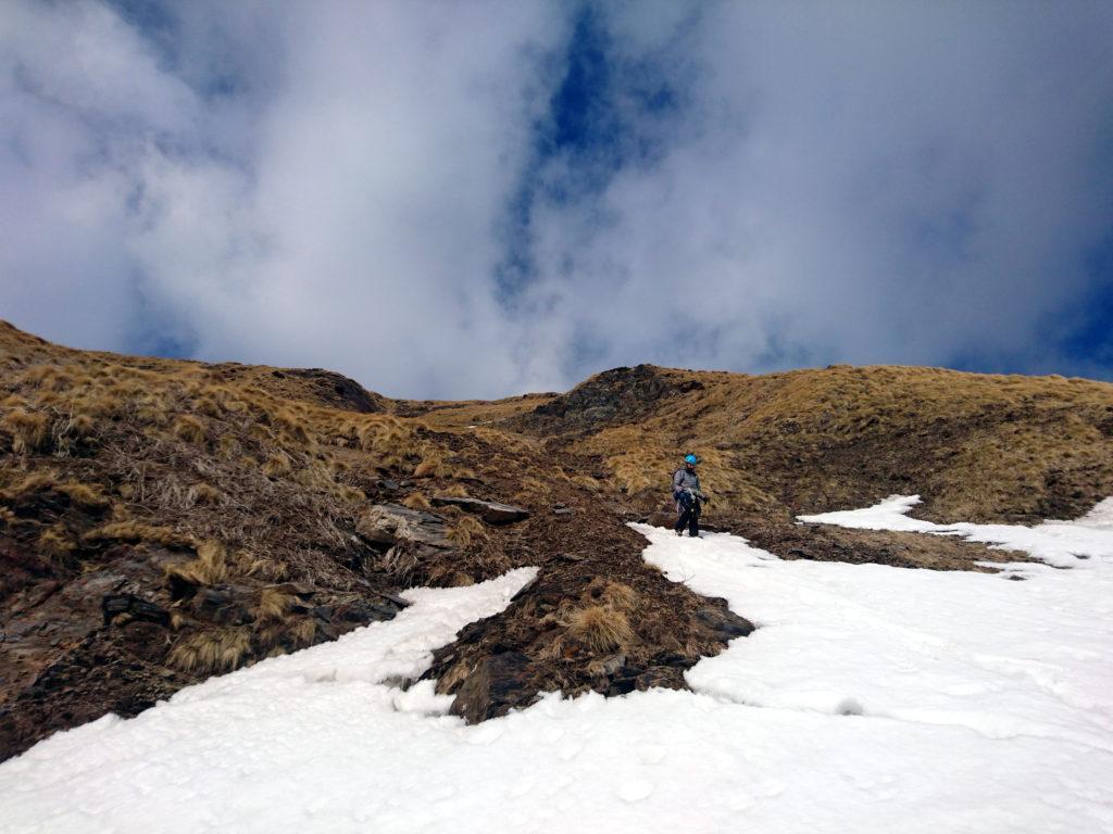 Il Niggah al termine del ripido pendio erboso (anche se non sembra) mentre riguadagna la neve del canalino finale