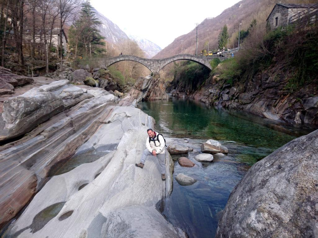 Iniziamo la nostra gita con 4 passi sulle belle rocce sotto al ponte dei salti di Lavertezzo