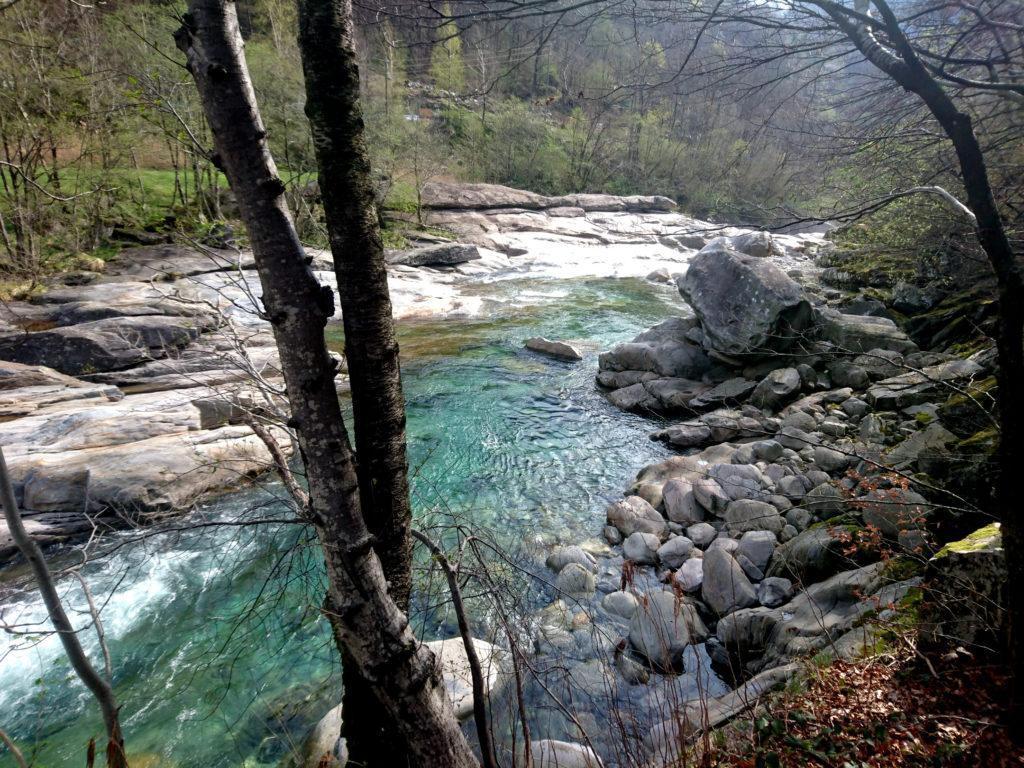 Iniziamo a camminare verso nord e il torrente regala splendidi scorci