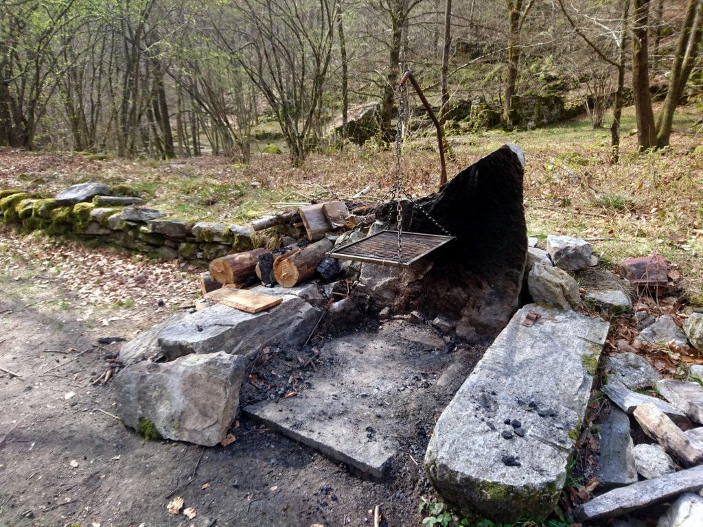 zona barbecue allestita a pochi metri dal torrente