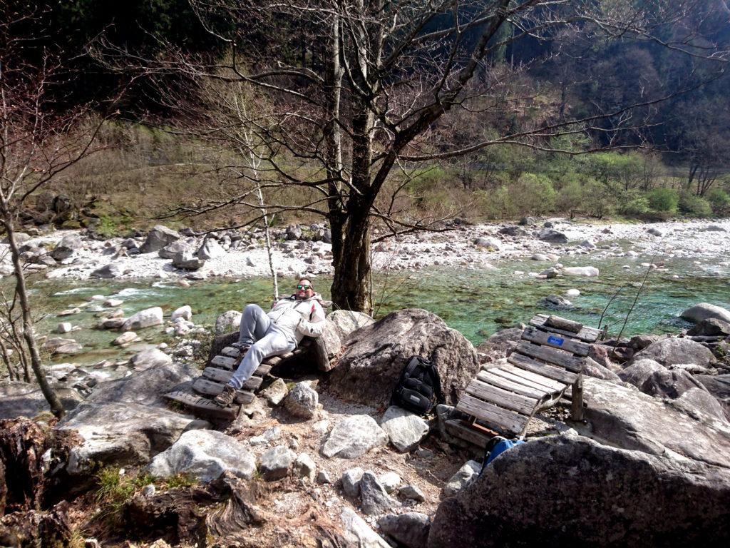 e qui andiamo oltre! Addirittura le chaise longue in legno vista cascata e col torrente dietro!