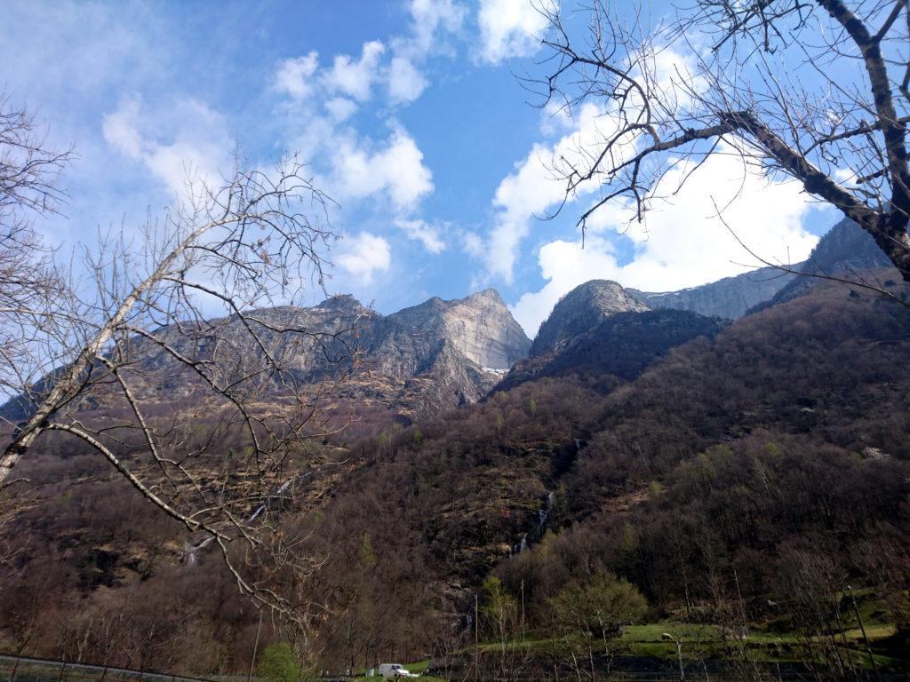 la spettacolare parete sud del Poncione d'Alnasca su cui si sviluppano molto vie d'arrampicata famose