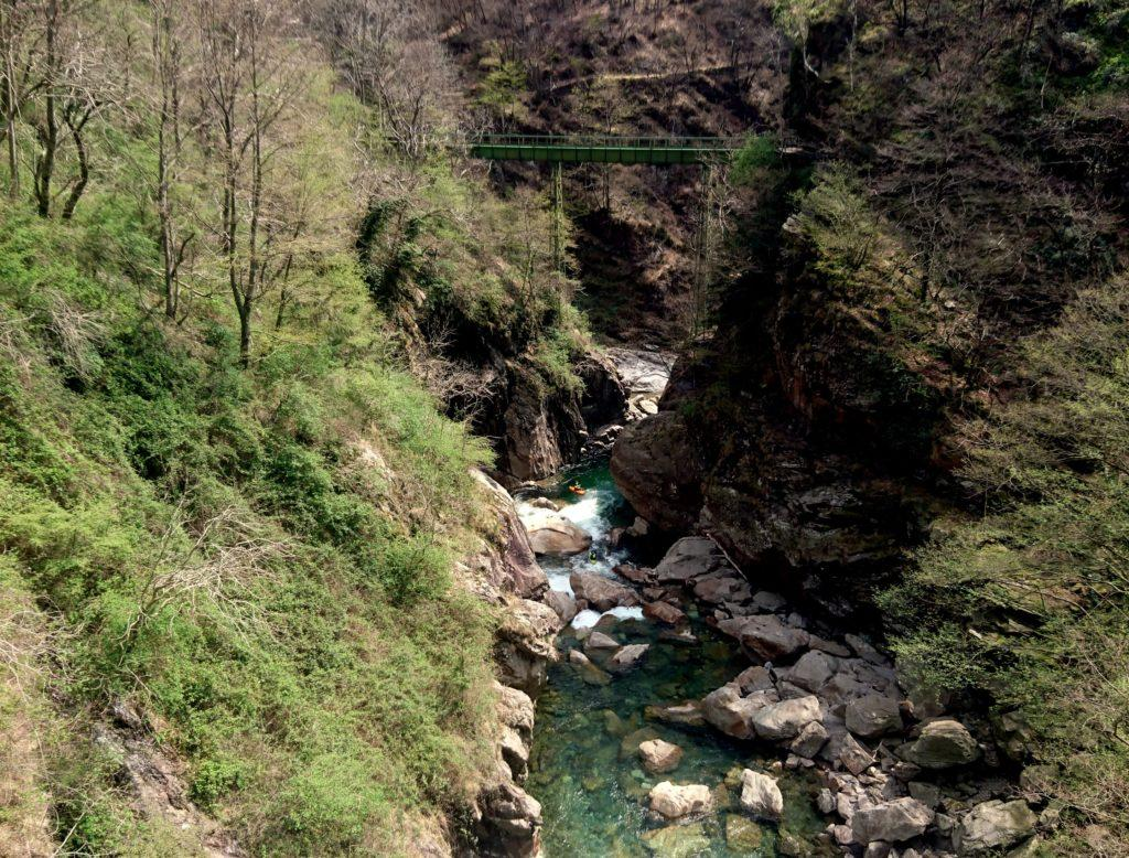 sul Rio Valgrande, in prossimità del Ponte Casletto, due tizi in kayak