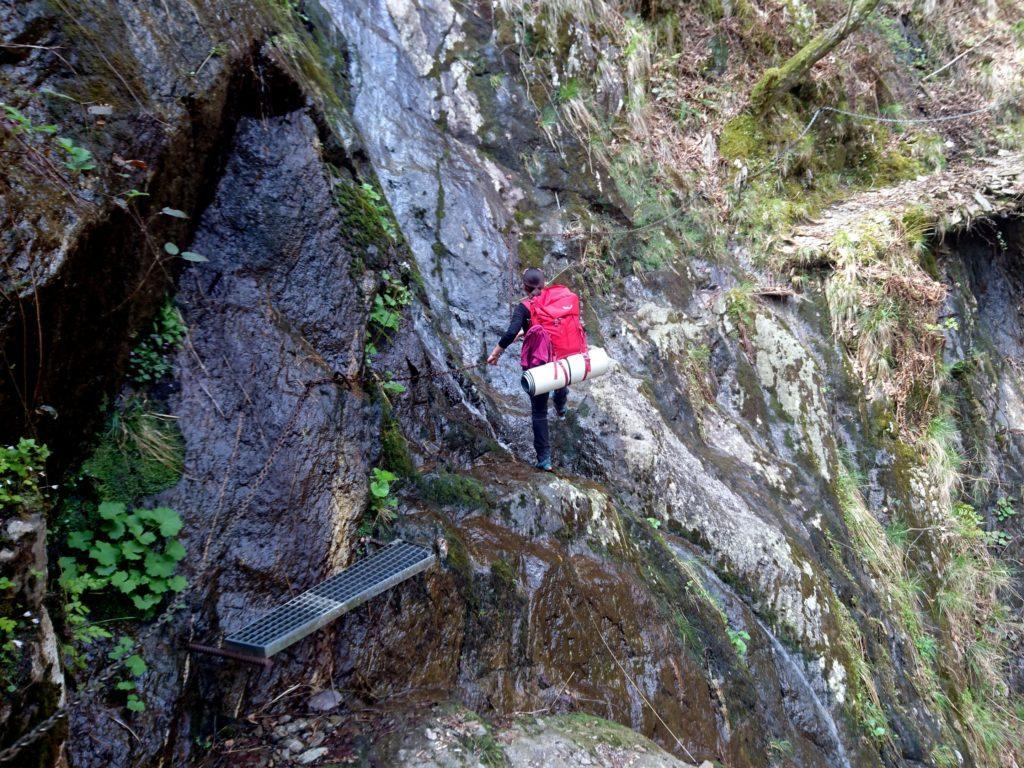 lungo il sentiero si trovano tratti attrezzati con mensole e catene (e va bene così dato che le rocce sono spesso bagnate!)