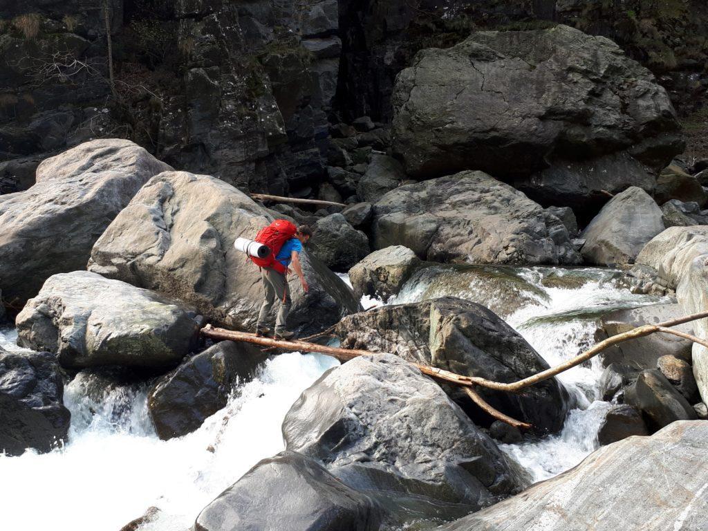 il guado sul Rio Valgrande, attrezzato con due tronchi vicini, invero abbastanza stabili