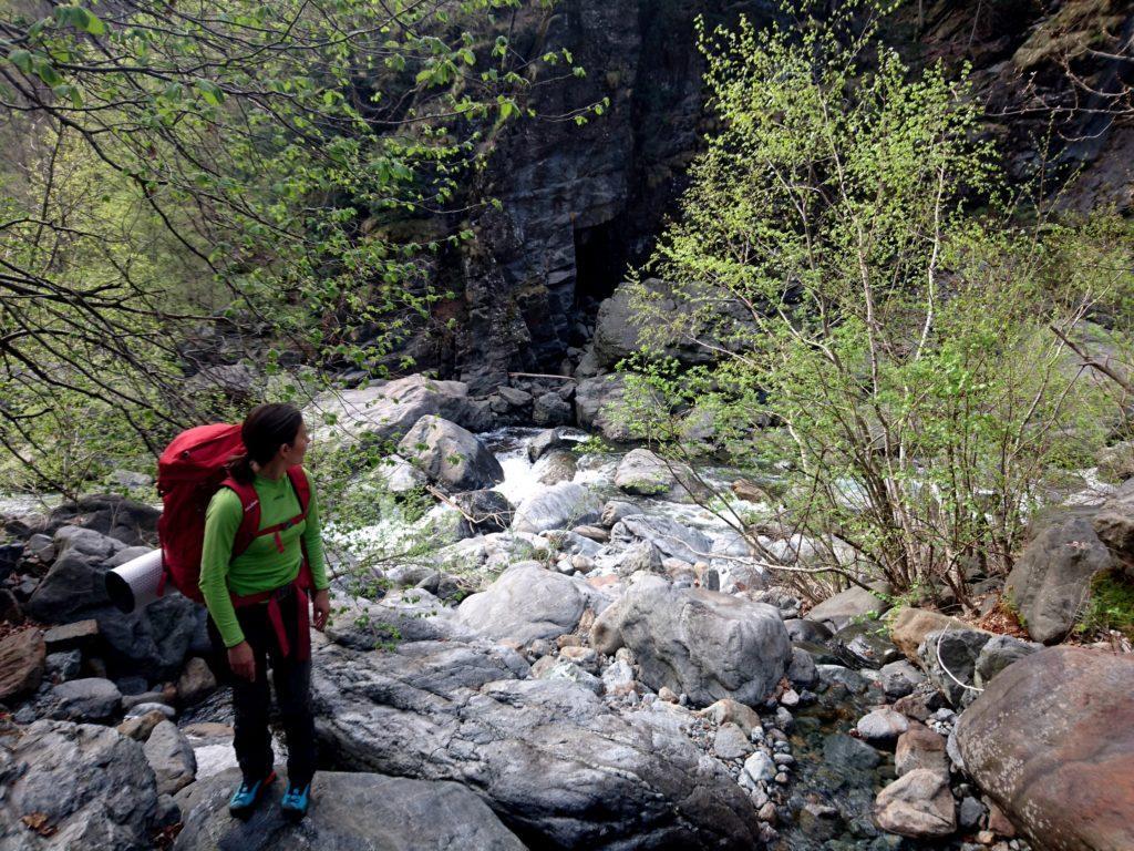 passato il Rio Valgrande si sale proprio di fronte all'Arca, seguendo il letto di un affluente
