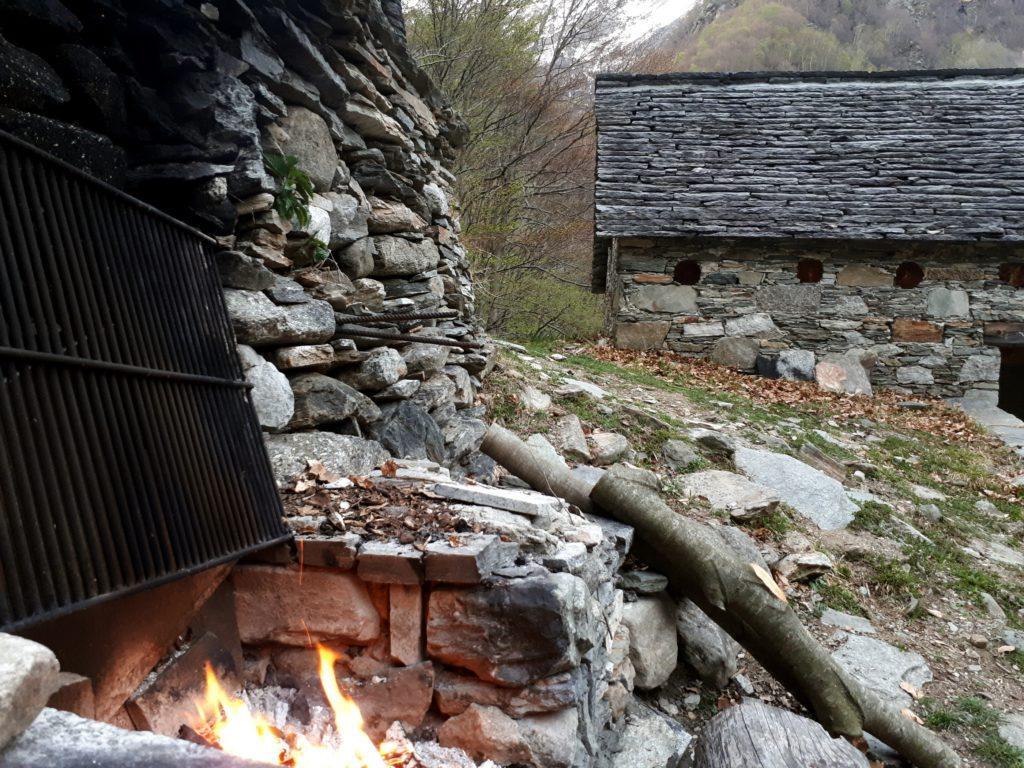 due escursionisti tedeschi (gli unici ospiti oltre a noi) hanno già acceso il fuoco all'esterno