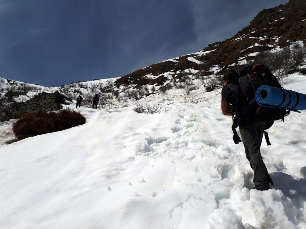 procediamo faticosamente: la neve è bagnatissima, si sprofonda fino al ginocchio ad ogni passo, e lo zaino pesante non aiuta