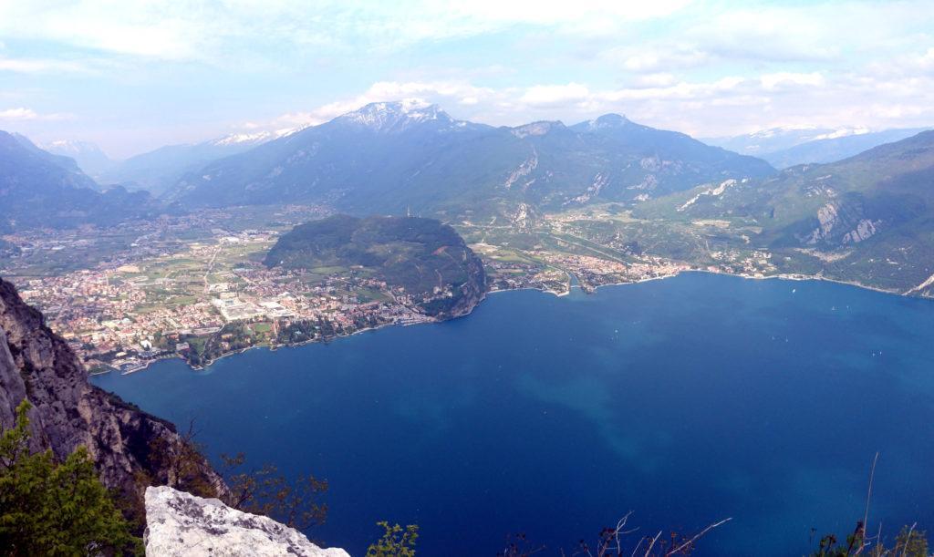 La strepitosa vista del Garda risalendo verso cima Capi