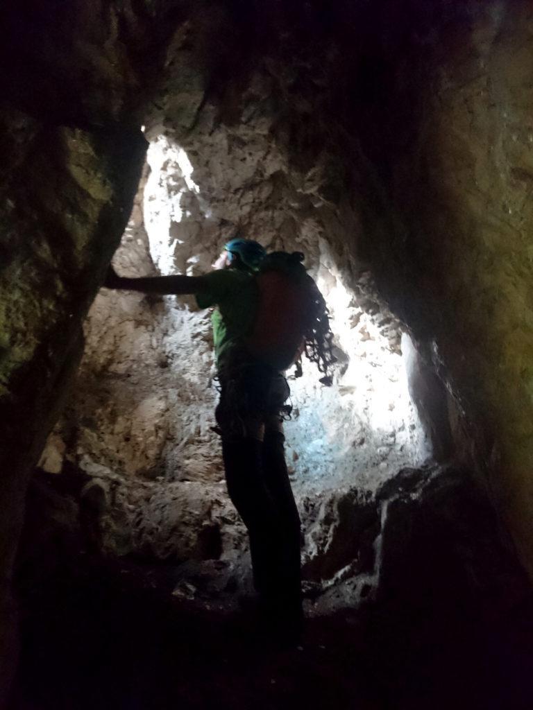 Paolino in esplorazione di una delle numerose grotte e costruzioni di guerra