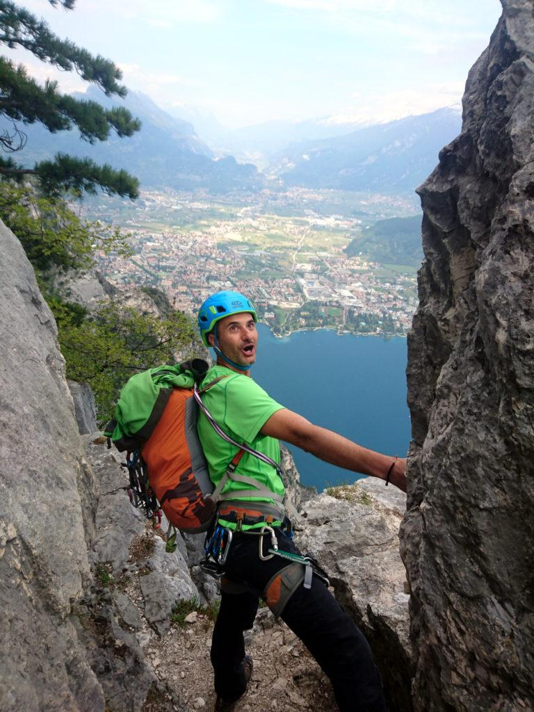 Paolino fa la faccia da picio con Riva del Garda sullo sfondo