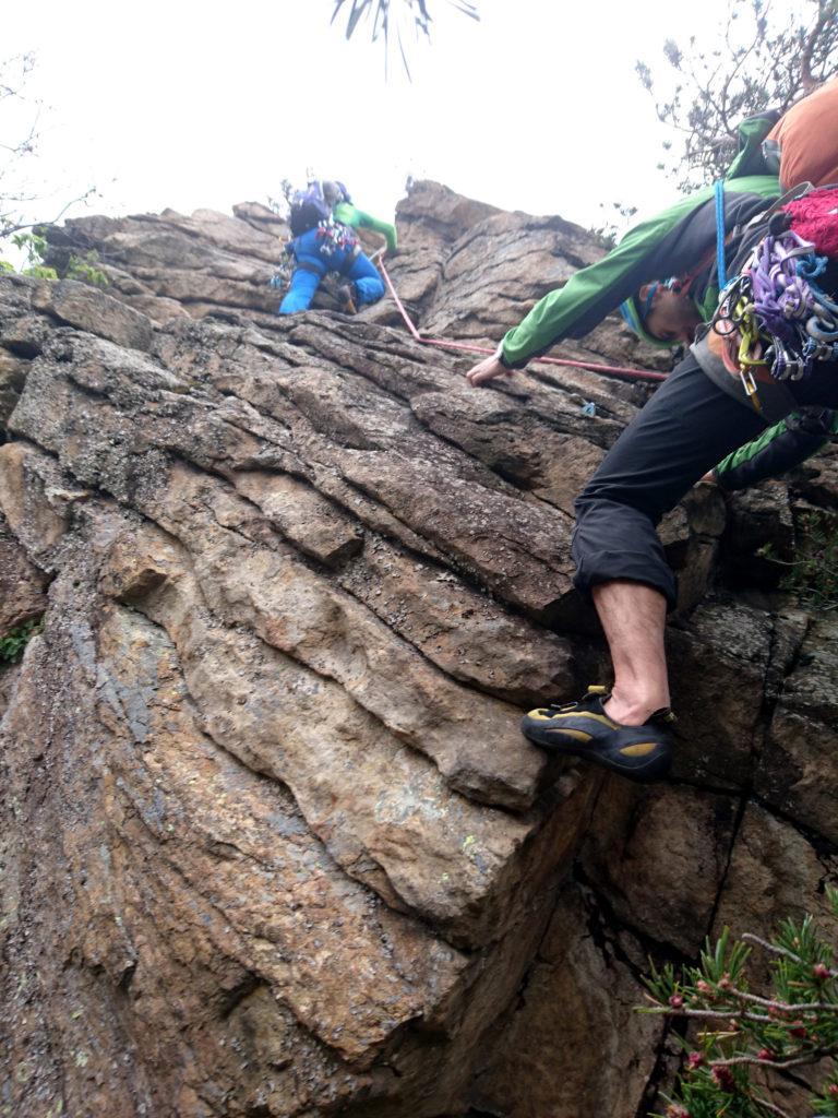 il settimo e ultimo tiro parte con un boulderino e prosegue per placche fino in vetta