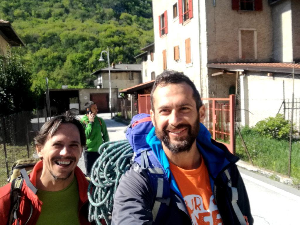 Selfie lungo le strade di Biacesa, alla ricerca del sentiero di partenza