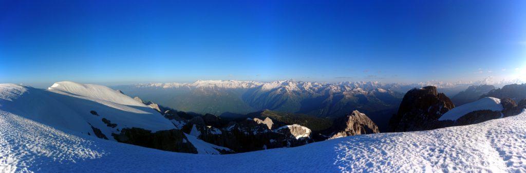 Panorama in direzione del gruppo dell'Adamello e della Presanella. Per ora non c'è una nuvola!