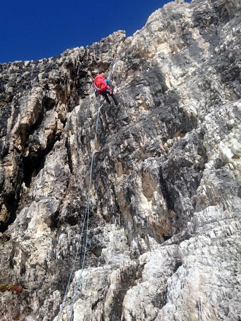 La calata che permette di scendere oltre il salto roccioso della via normale alla Tosa