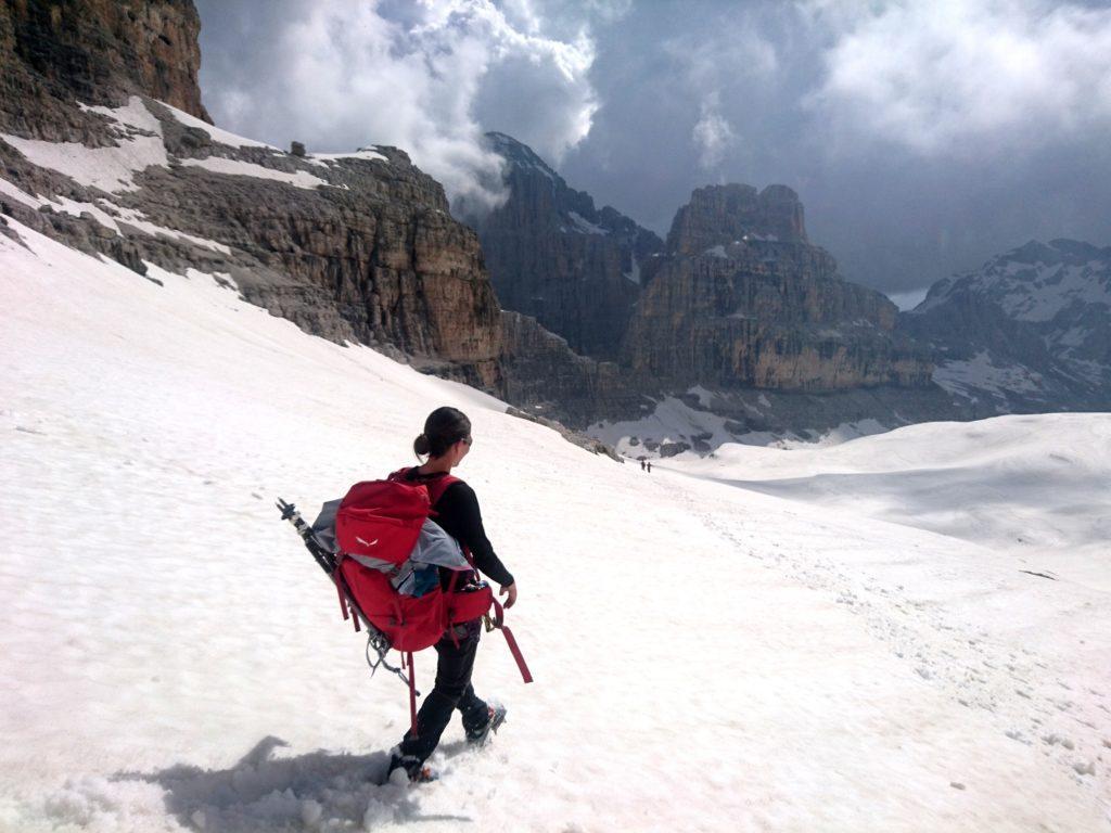 e dopo le calate, via di nuovo per pendii nevosi fino ad aggirare la Cima Margherita sullo sfondo