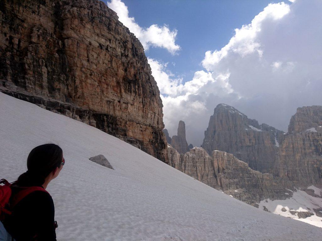 Dopo un po' sullo sfondo spuntano il Campanile Basso e la Brenta Alta in tutta la loro magnificenza