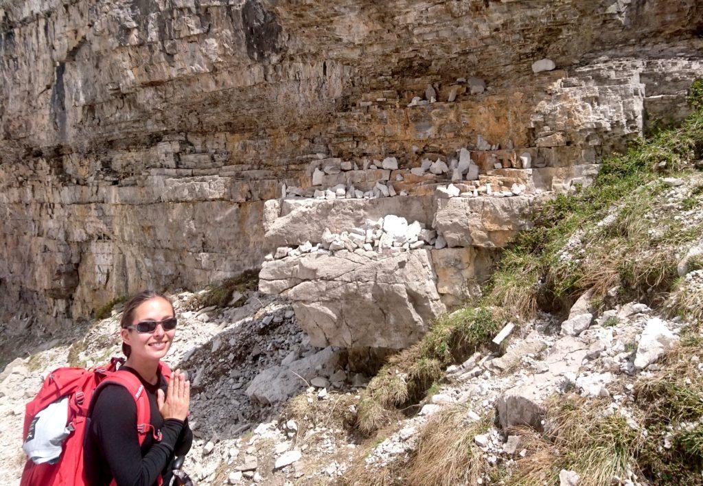 Lungo il sentiero che riporta al Brentei ci sono questi massi che sembrano degli altari pieni di rocce lasciate dai turisti