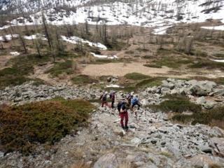 decidiamo di salire al Passo di Monscera nei punti privi di neve, riprendendo il sentiero più a monte