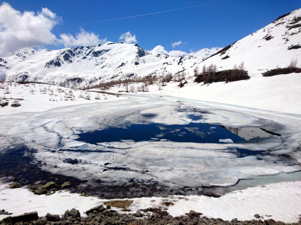 il bel laghetto alpino proprio sotto il Passo di Monscera