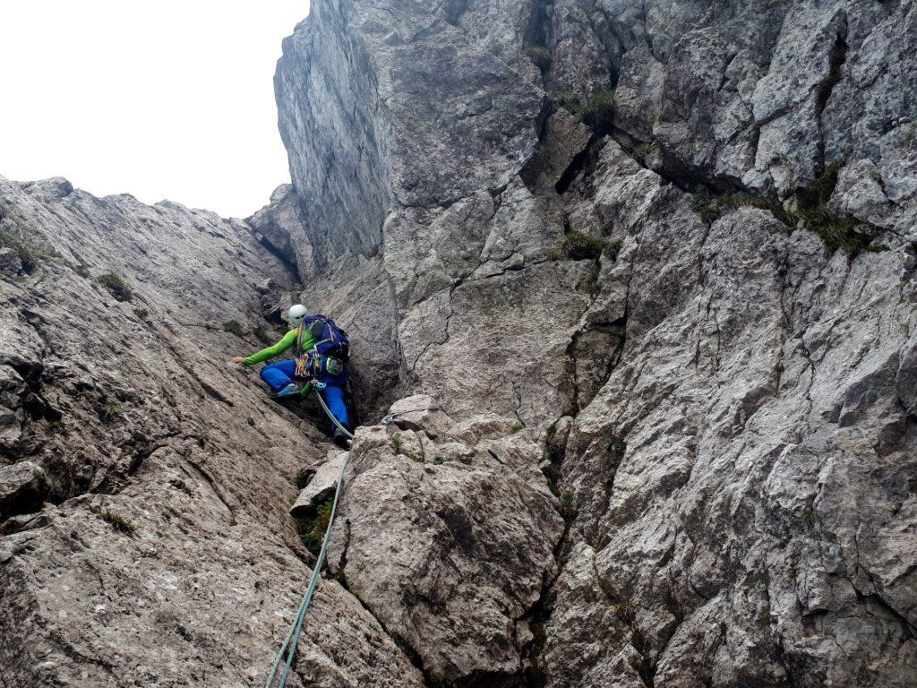 il diedro del quinto tiro: non sappiamo se da qui passi la via ufficiale, ma ci piaceva e l'abbiamo scalato!