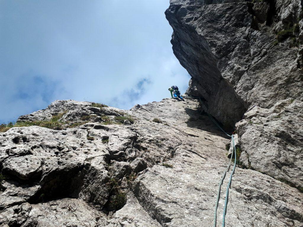 sbucati in cresta, dopo pochi metri si trova la sosta