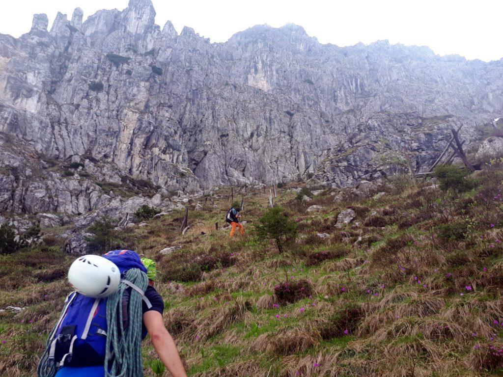 Ci avviciniamo alla parete della montagna facendo lo slalom tra ciò che ne resta dei vecchi paravalanghe