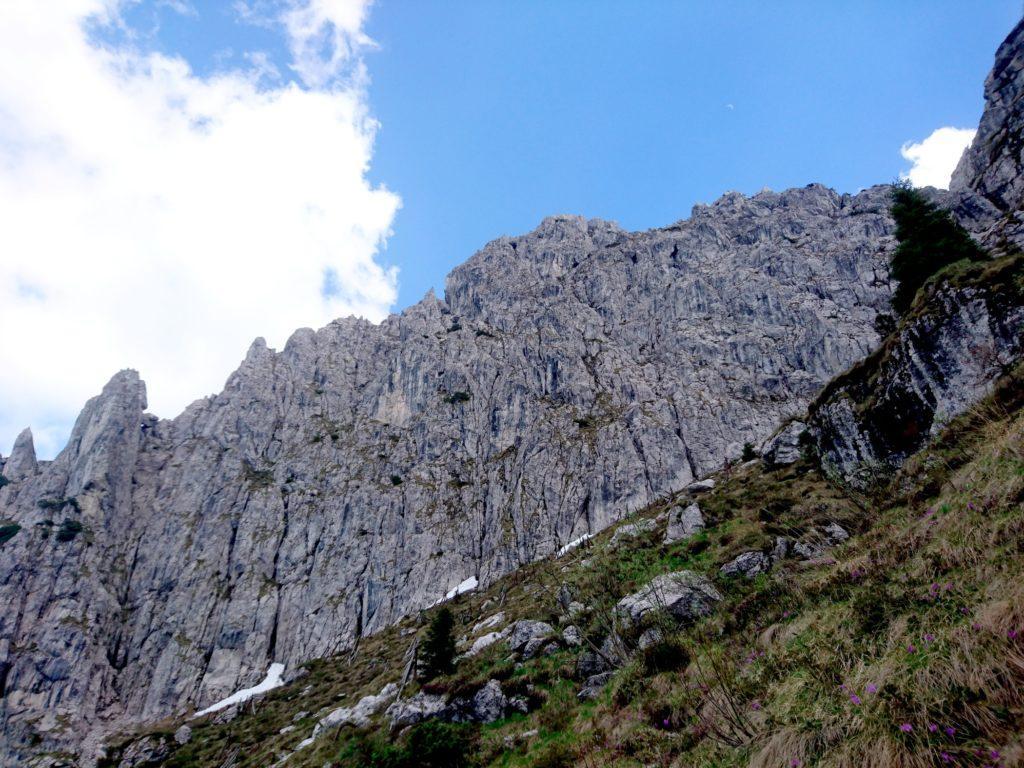 la bella bastionata della Cima Croce vista dal sentiero di discesa