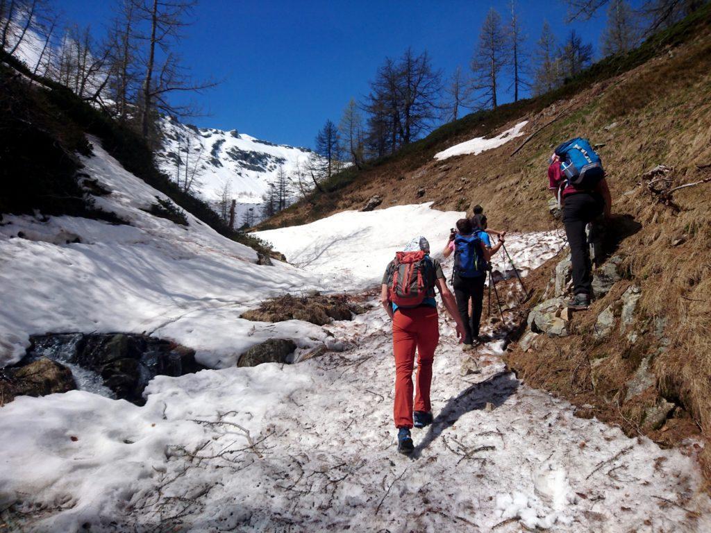 dopo un po' troviamo la neve: cercheremo di evitarla ma non sempre ci riusciremo