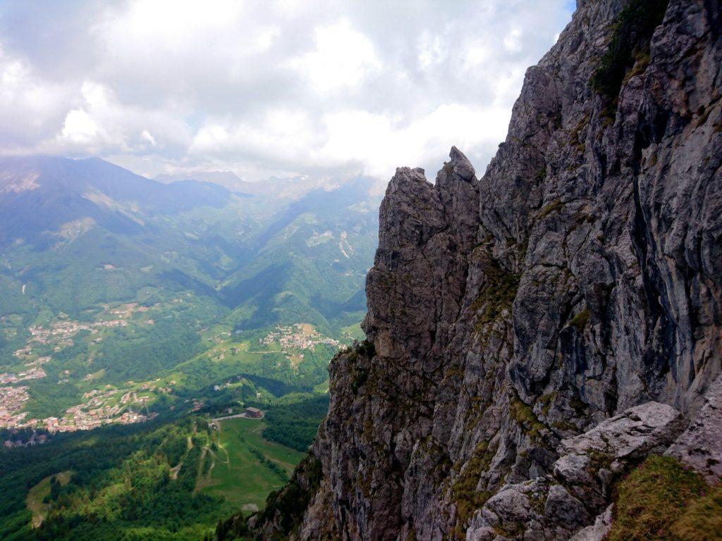 a valle, il paese di Oltre il Colle e i pratoni dai quali siamo risaliti
