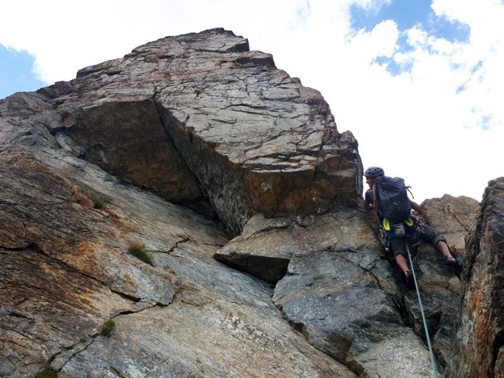 il bel muretto di III+ accanto al tetto della roccia triangolare