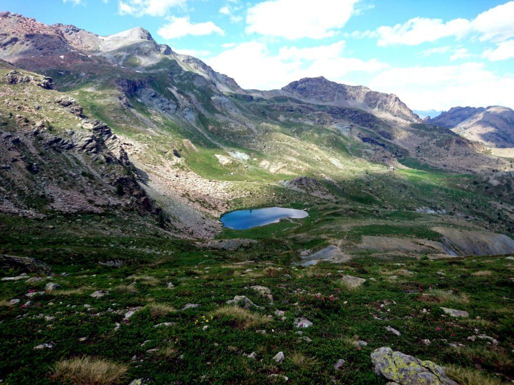 iniziamo a scendere per ricongiungerci al sentiero che passa più a valle, vicino al laghetto