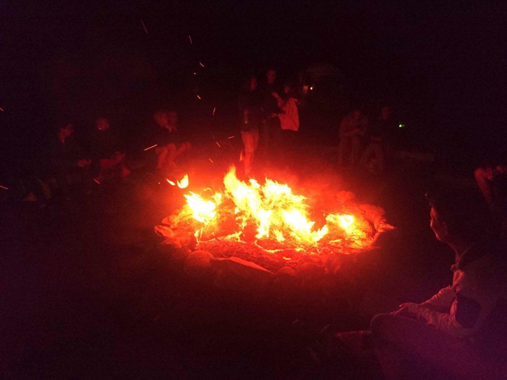 falò collettivo, la sera, al camping Rio Buscaglia