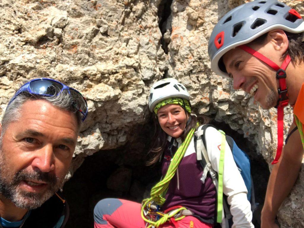 all'imbocco della grotta in cui bisogna infilarsi per proseguire