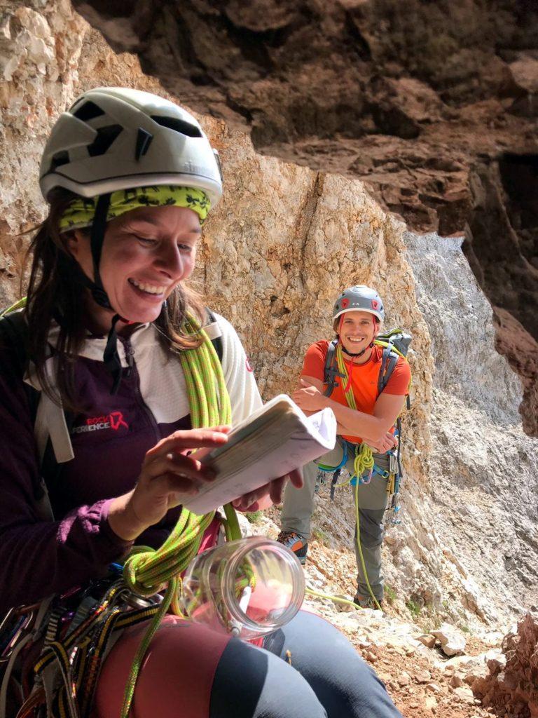 dentro la grotta, protetto dalle rocce, c'è un barattolo di vetro che custodisce il libro della via