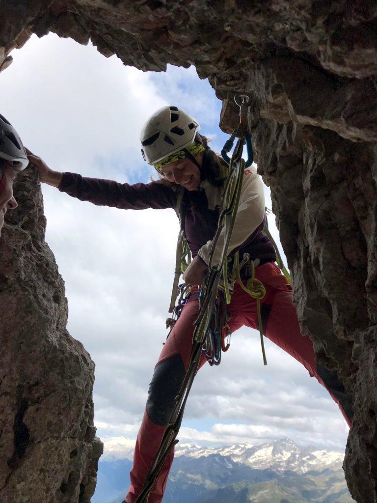 appena fuori dalla grotta guardate in alto: troverete ciò che vi serve per proteggere ed affrontare il passo