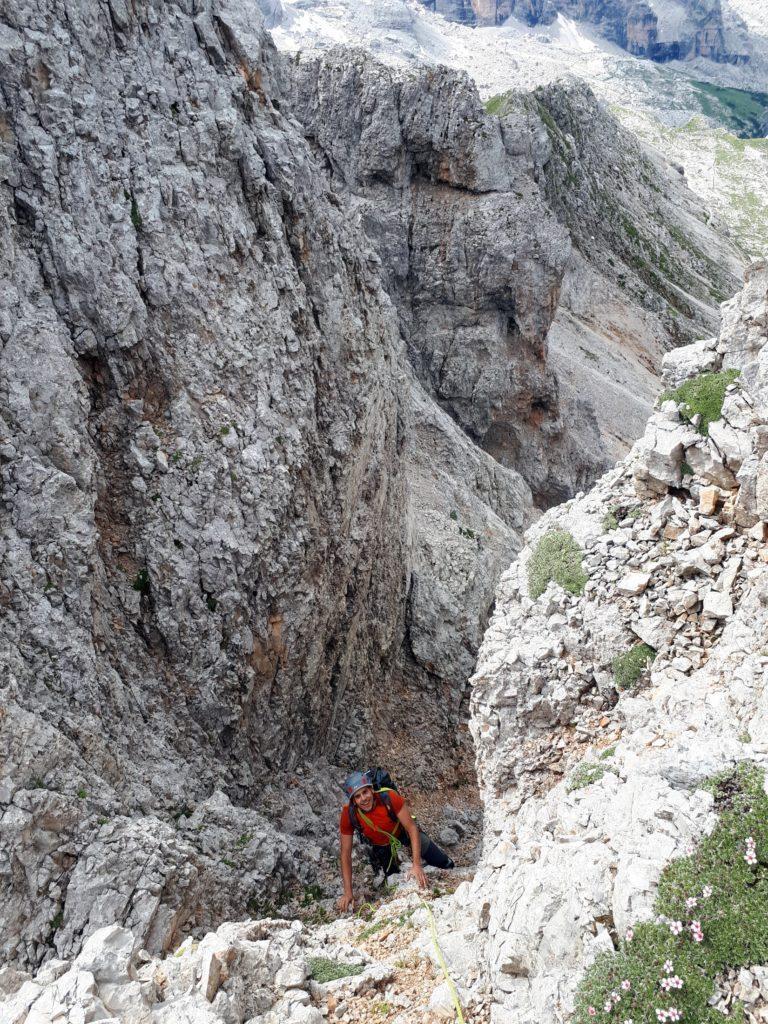 superata la grotta si risale un breve muretto (occhio, le prese sono assai instabili)