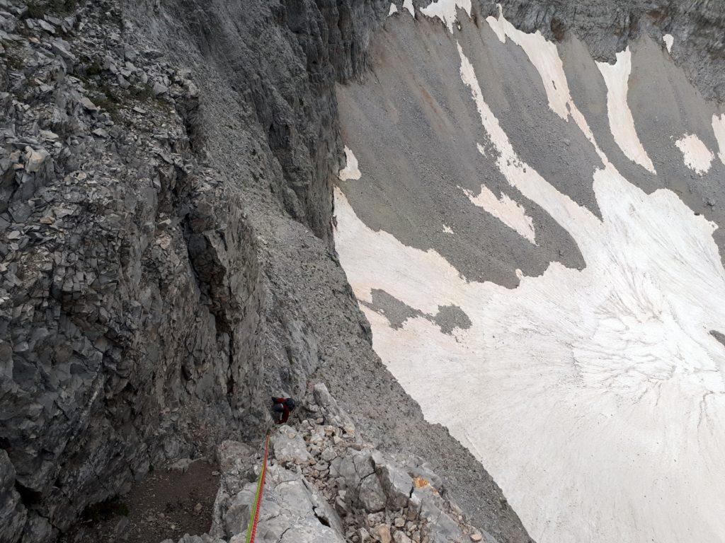 in questo canalino, dopo circa venti metri guardate a destra (faccia a monte): troverete i chiodi