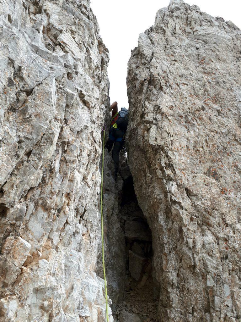 la via segue le debolezze della montagna: camino bello stretto, state il più possibile all'esterno, altrimenti non ci passate!