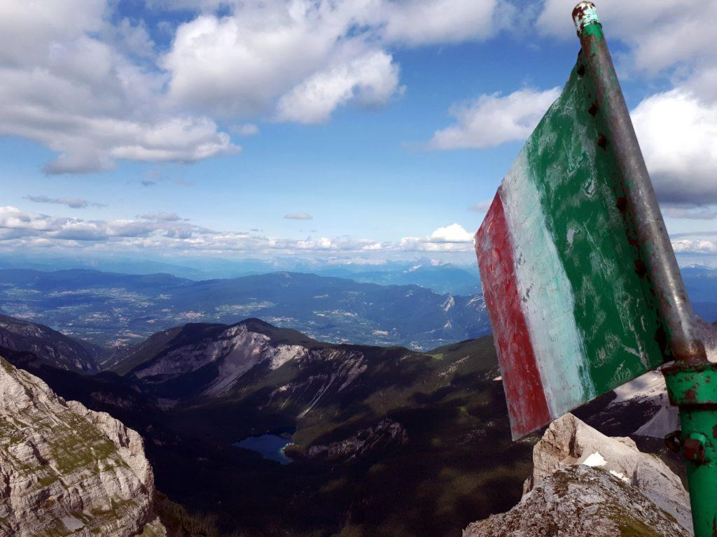 la bandiera della Cima Vagliana, sullo sfondo il Lago di Tovel