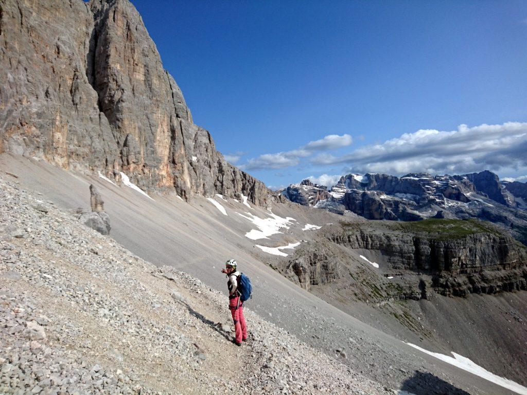 ad un certo punto ci si ricollega al sentiero Costanzi: inutile scendere dritto per dritto, ci sono parecchi salti di roccia che da qui non si vedono