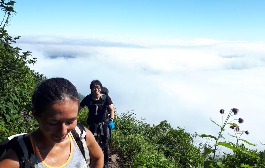 sotto di noi le nuvole che coprono la valle in cui si trova la cittadina di Sounkyo