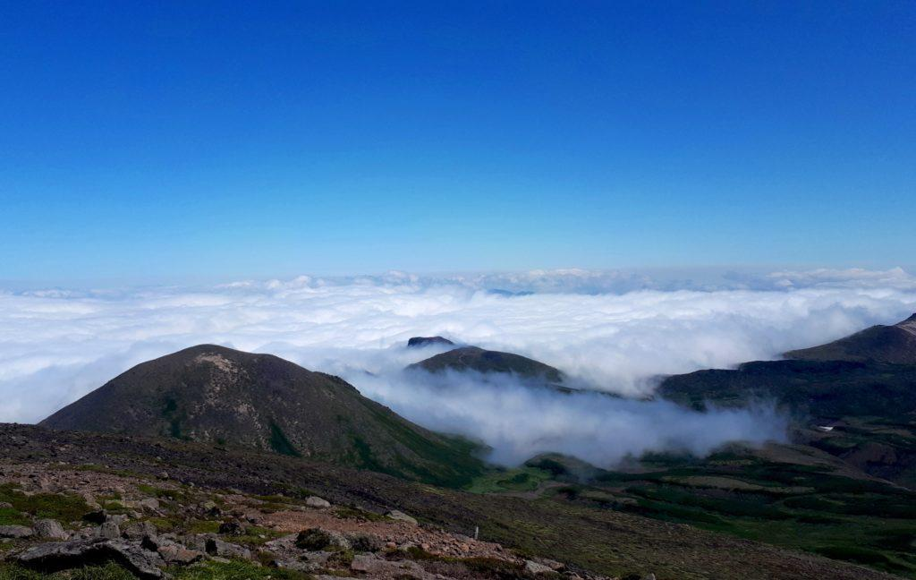 sulla cima dell'Hokuchindake, il letto di nubi ancora avvolge le valli
