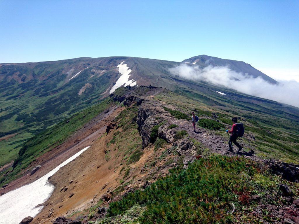 si scende dall'Hokuchindake, per proseguire seguendo il margine della caldera