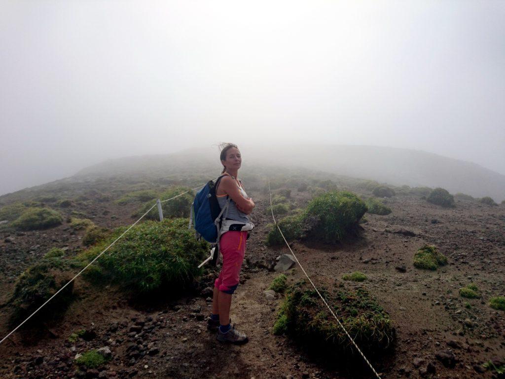 ogni tanto il filo di cresta della caldera viene sfiorato dalle nubi, il paesaggio diventa ancor più lunare