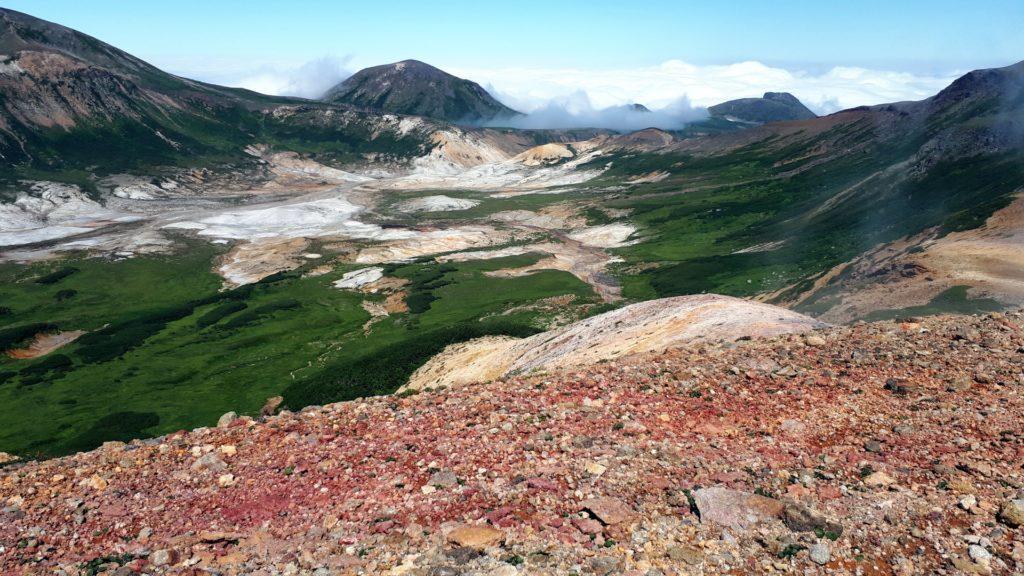i colori delle rocce magmatiche: rossi, gialli, argento e il verde elettrico della vegetazione. Laggiù da qualche parte è stato avvistato un orso