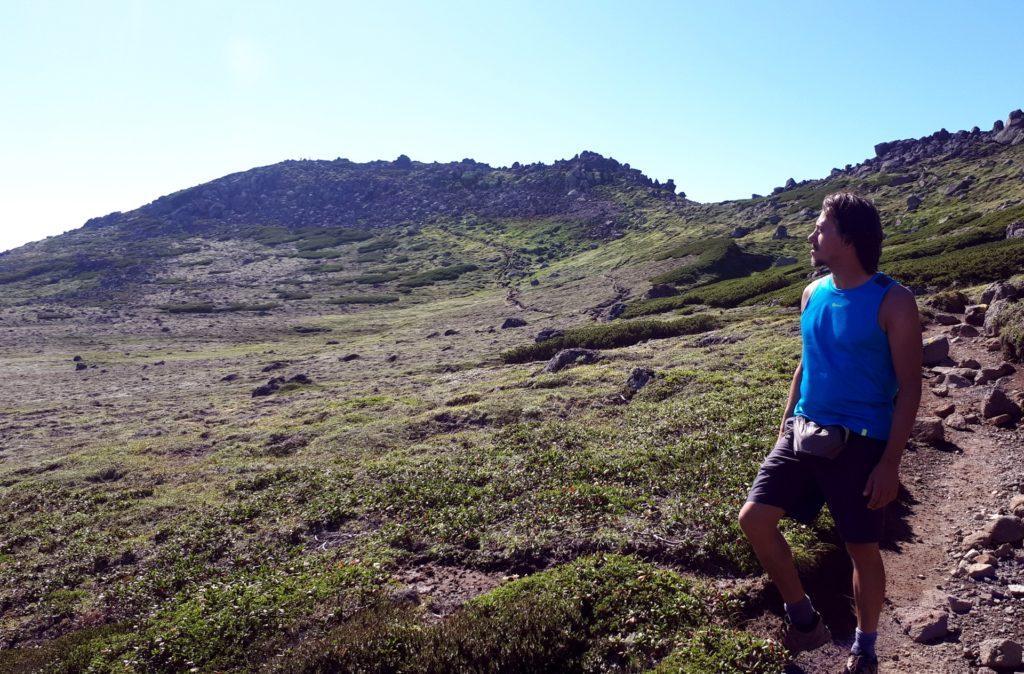 quello sullo sfondo è l'ultimo monte che saliremo oggi e supera i 2.000 metri: Hakuundake