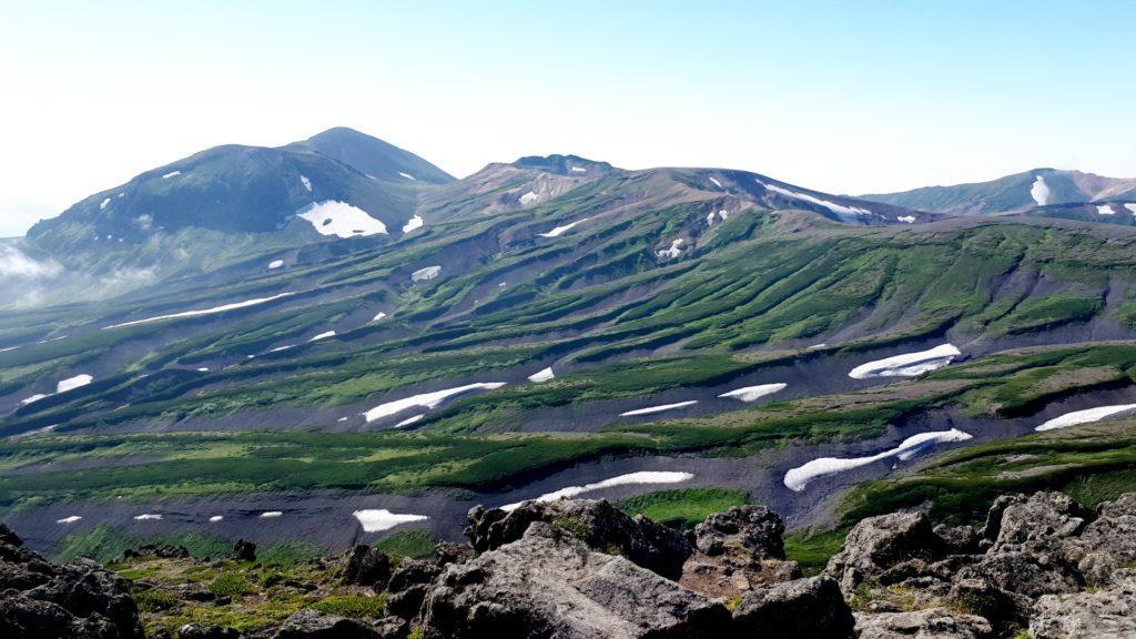 sulla cima dell'Hakuundake, il paesaggio cambia ancora diventando una successione di dune di lava e muschio