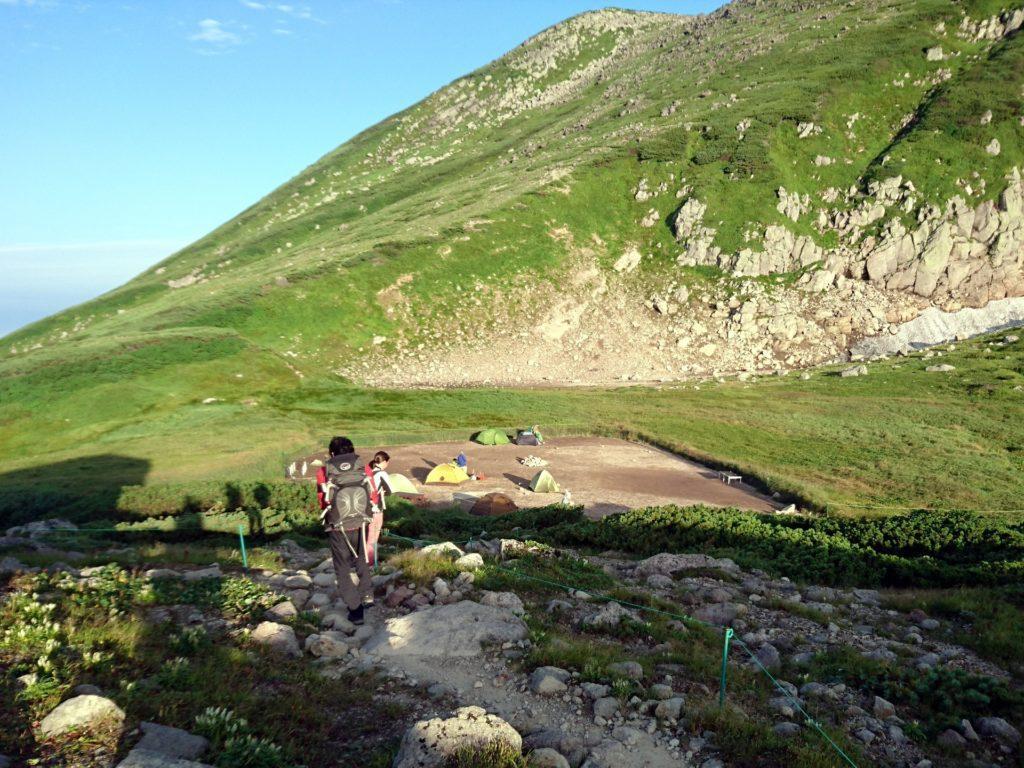 il sole sorge prestissimo qui: noi ci mettiamo in cammino, mentre altri trekkers smontano il campo