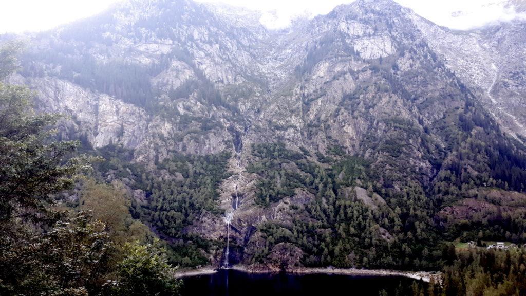 il Lago di Antrona e la fantastica cascata che solca la valle dirimpetto alla nostra